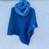 Grovstrikket poncho blå